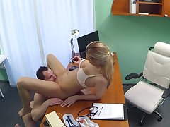 Sexy therapeutic clinic worker seduces the IT panhandler in the exam room