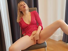 Blonde British babe squirting