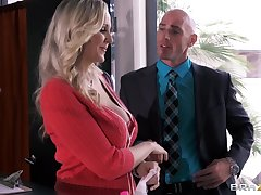 Busty secretary Julia Ann drops above her knees to make laugh her nabob