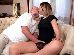 Old man rams blonde's young pussy in imperturbable XXX cam scenes