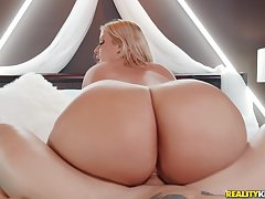Cash Grab - fair-haired PAWG Julie Cash riding broad in the beam dick of well endowed Alex Lauded - definiteness hardcore