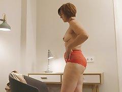Horny solo mature Eleanor pleasures her cravings concerning a dildo